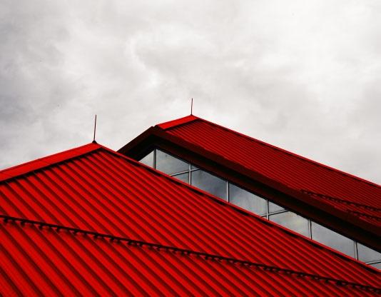Красная крыша здания